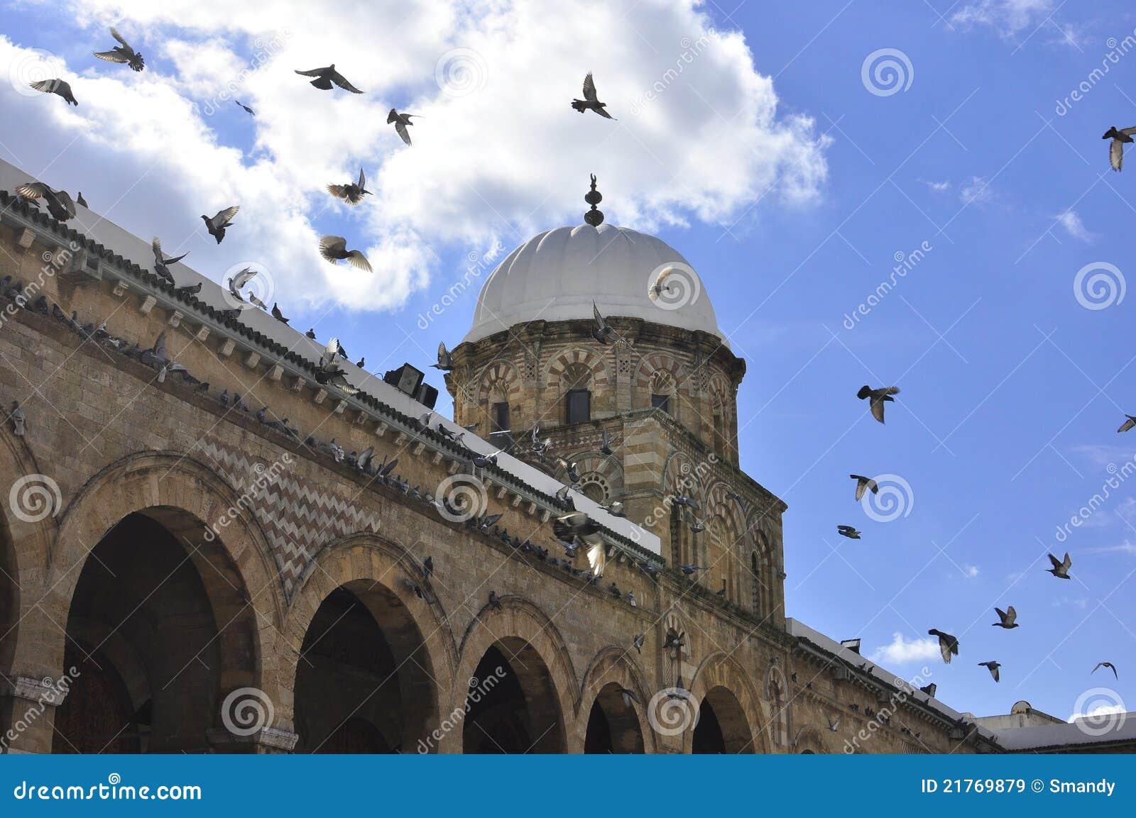 Mezquita espléndida de la configuración en Medina Túnez