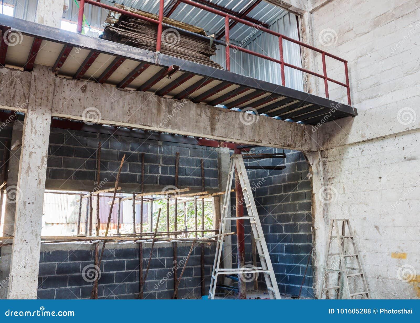 Mezzanine ruimte en beneden voor bouw stock foto afbeelding