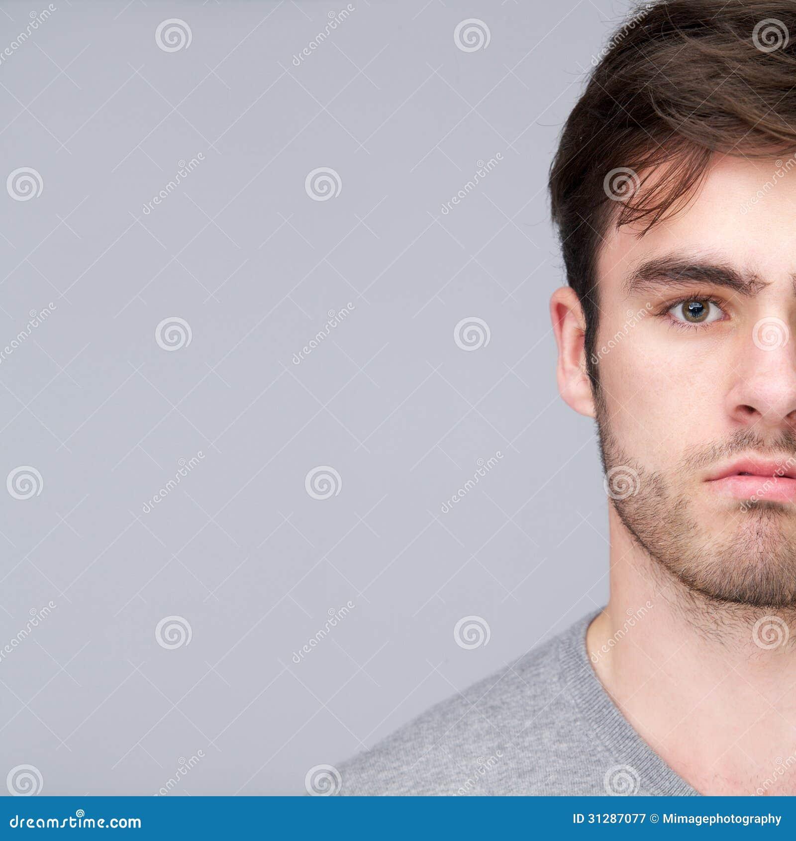 Mezzo ritratto del fronte di un giovane bello