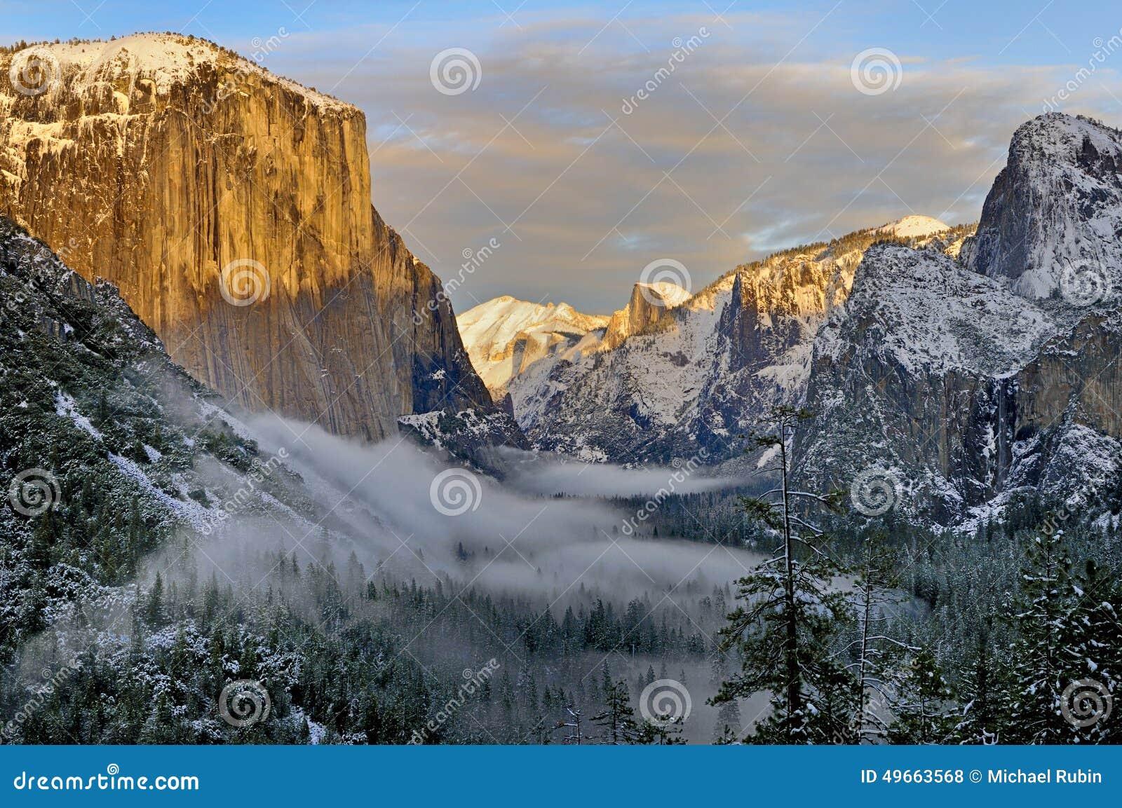 Mgła w Yosemite dolinie z El Capitan i Przyrodnia kopuła, Yosemite park narodowy