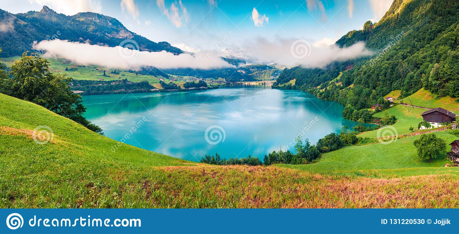 Mgłowa lato panorama Lungerersee jezioro Kolorowy ranku widok Szwajcarscy Alps, Lungern wioski lokacja, Szwajcaria, Europa