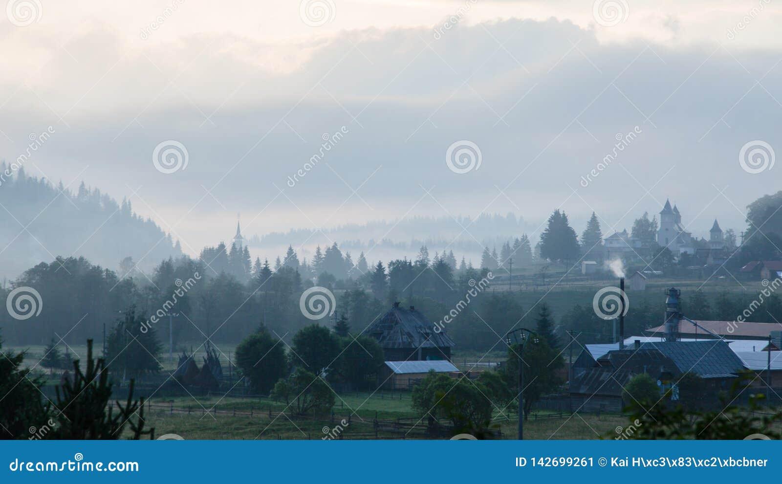 Mgłowa ranek panorama zielona halna dolina, Transcarpathian, Vatra Dornei, Bucovina region, Europa Piękno