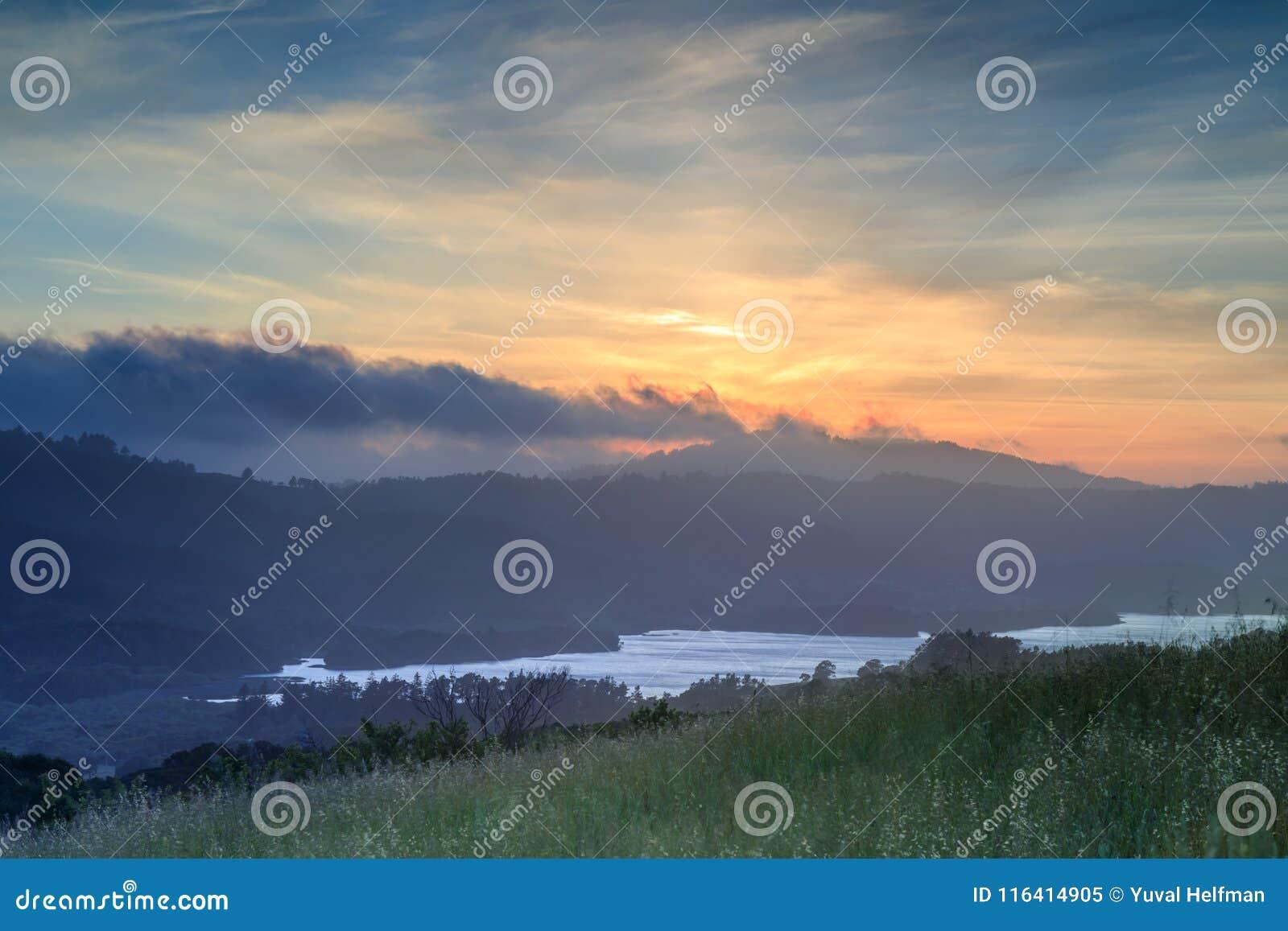 Mgłowy Chmurny zmierzch nad kryształem Skacze rezerwuar