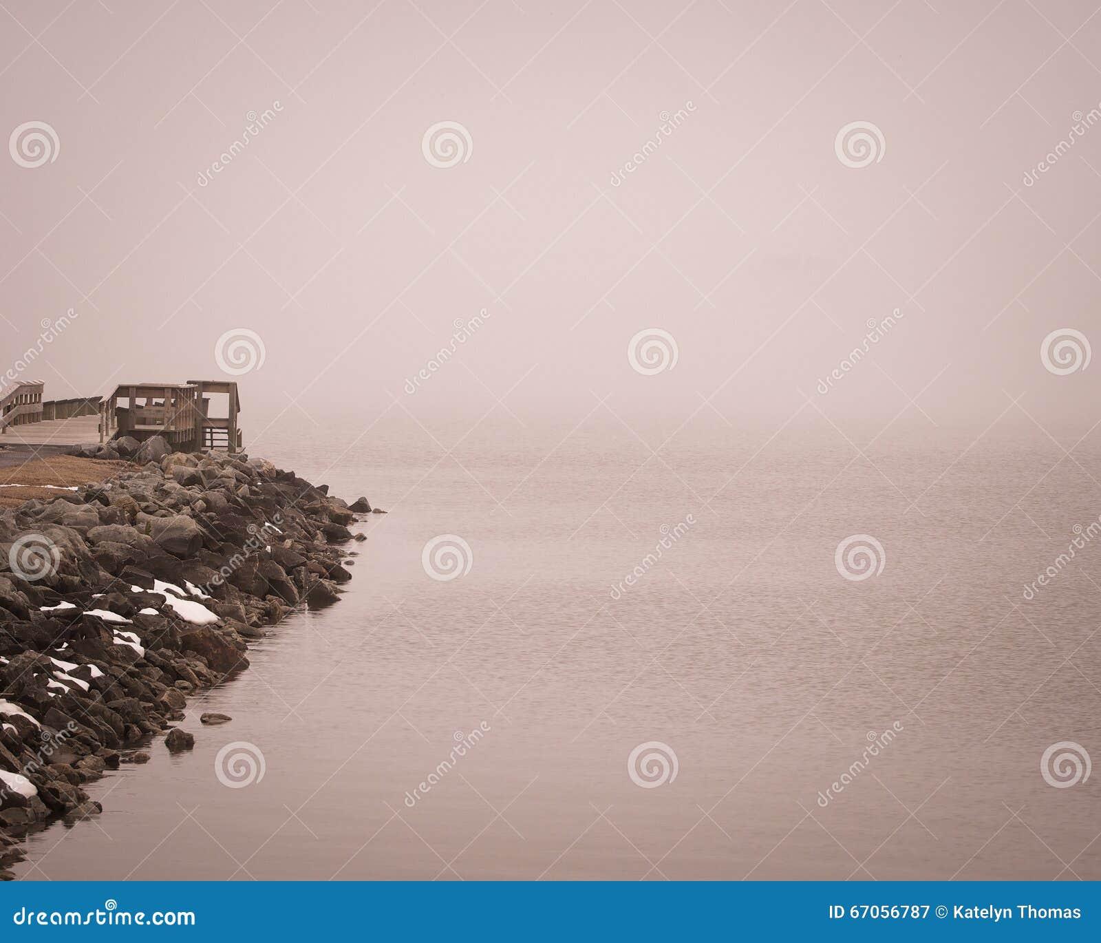 Mgłowy dzień przy Charlestown, Maryland molo