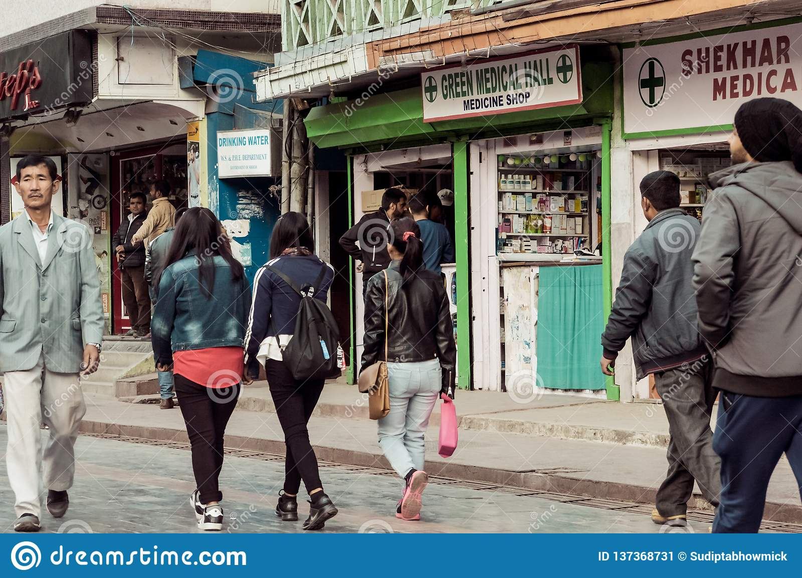 MG MARG, Gangtok, Indien 3rd Januari 2019: Gataplats i populär galleriaväg av MG Marg Gangtok staden är nu ett livligt kulturellt