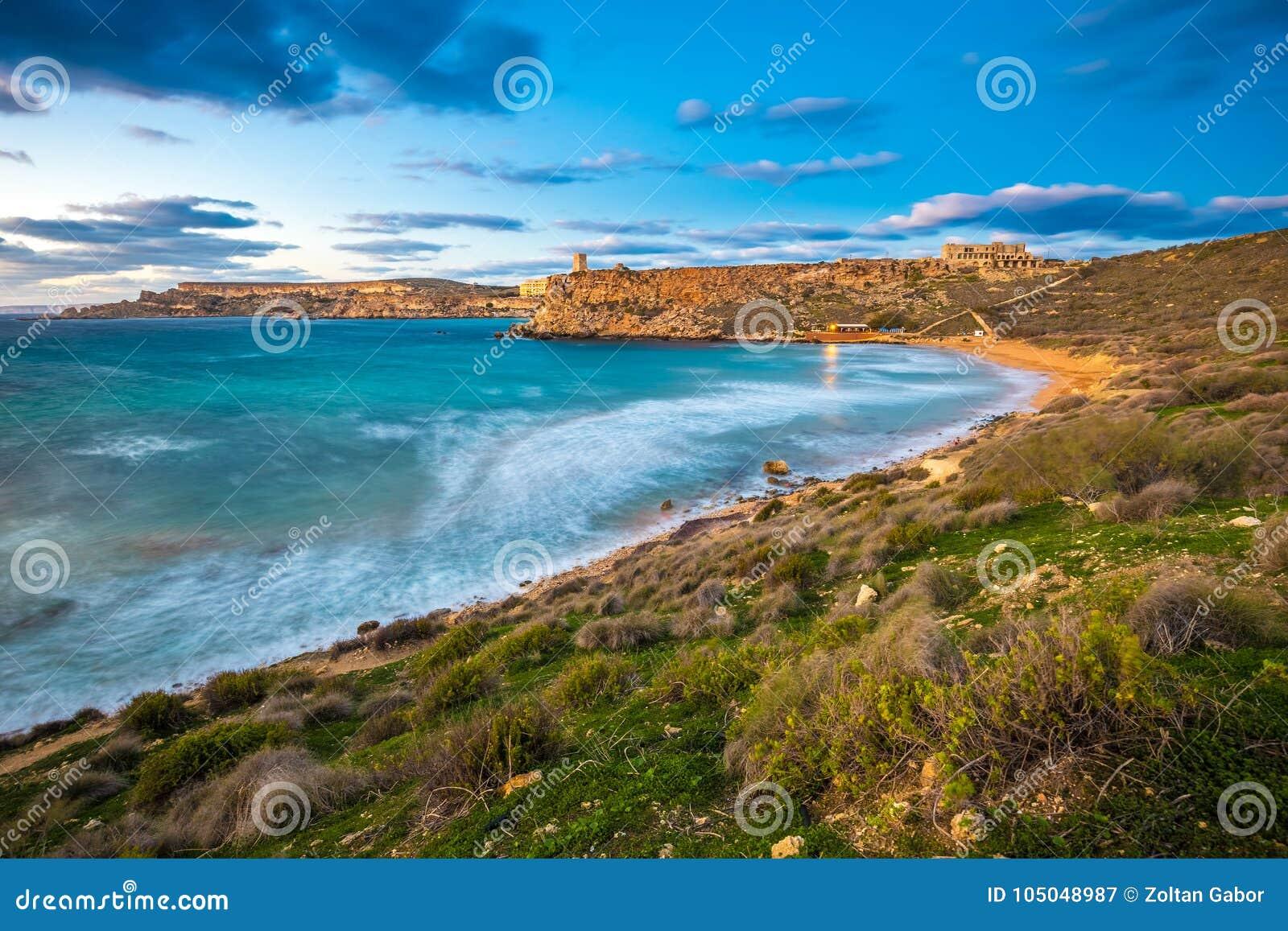 Mgarr, Μάλτα - ο διάσημος κόλπος Ghajn Tuffieha στην μπλε ώρα σε έναν μακρύ πυροβολισμό έκθεσης