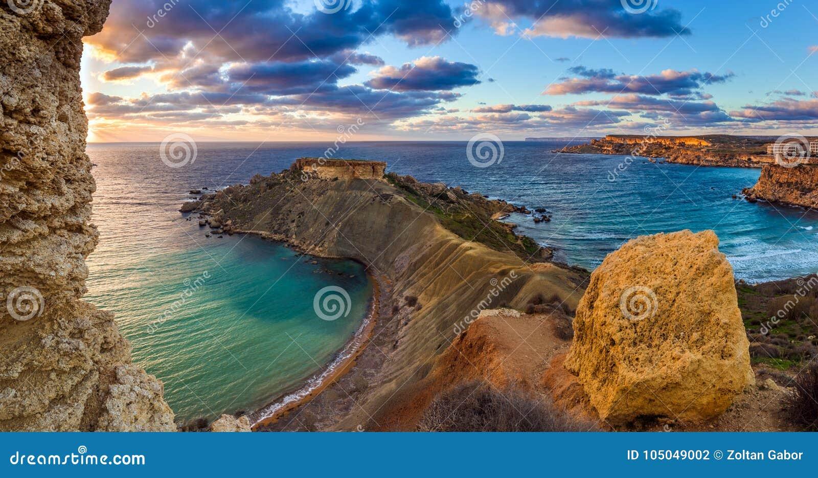 Mgarr, Μάλτα - πανόραμα του κόλπου Gnejna και Ghajn Tuffieha, η ομορφότερη παραλία δύο στη Μάλτα στο ηλιοβασίλεμα