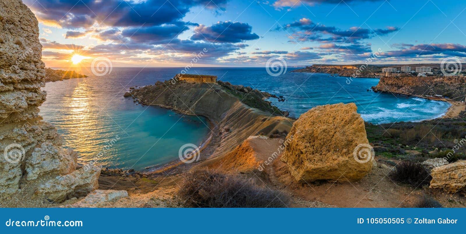 Mgarr Malta - panorama av den Gnejna fjärden och den guld- fjärden, de två mest härliga stränderna i Malta