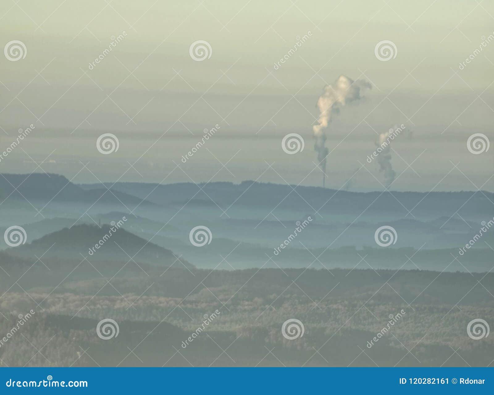 Mgliste wzgórze granie Błękitni zieleni wzgórza z miękkimi konturami, las,