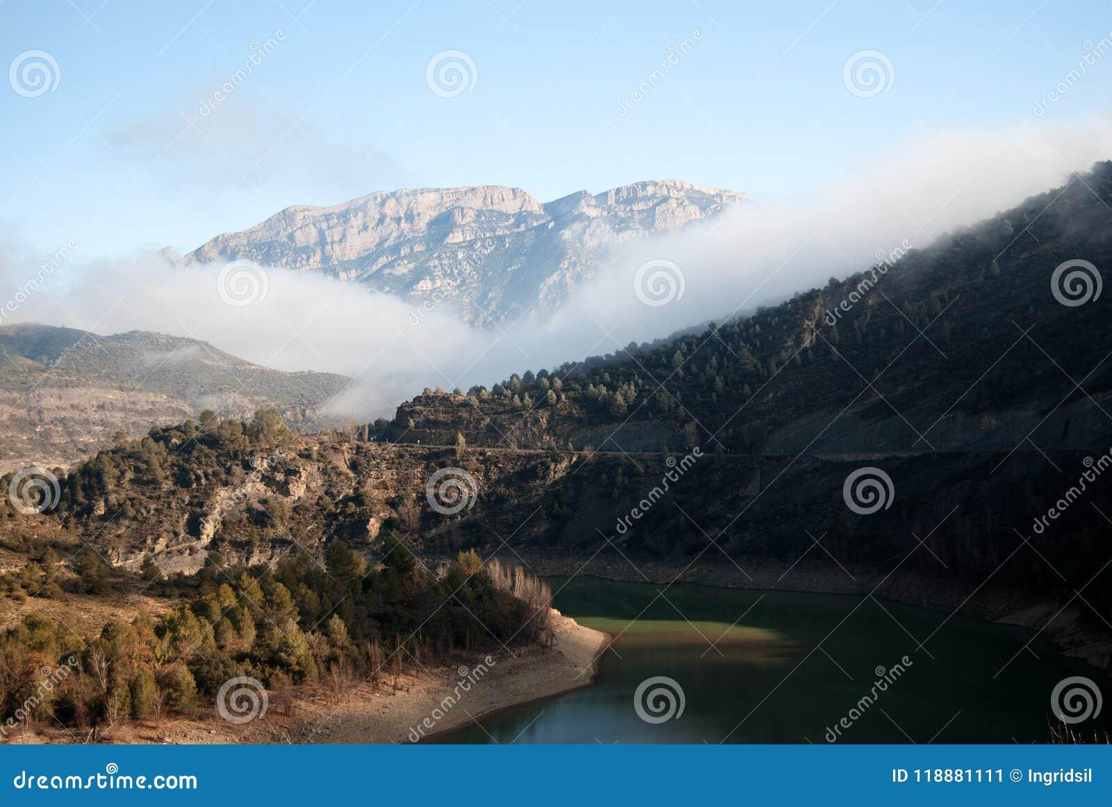 Mglisty krajobraz przy wschodem słońca słoneczny dzień Jezioro