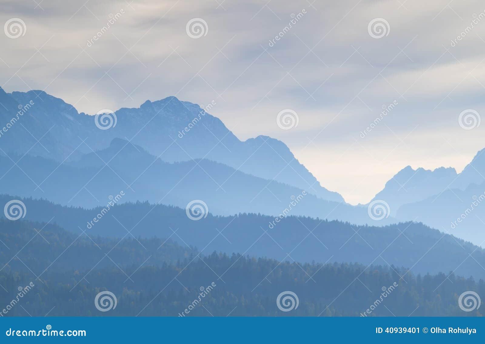 Mglisty półmrok w Karwendel pasmie górskim