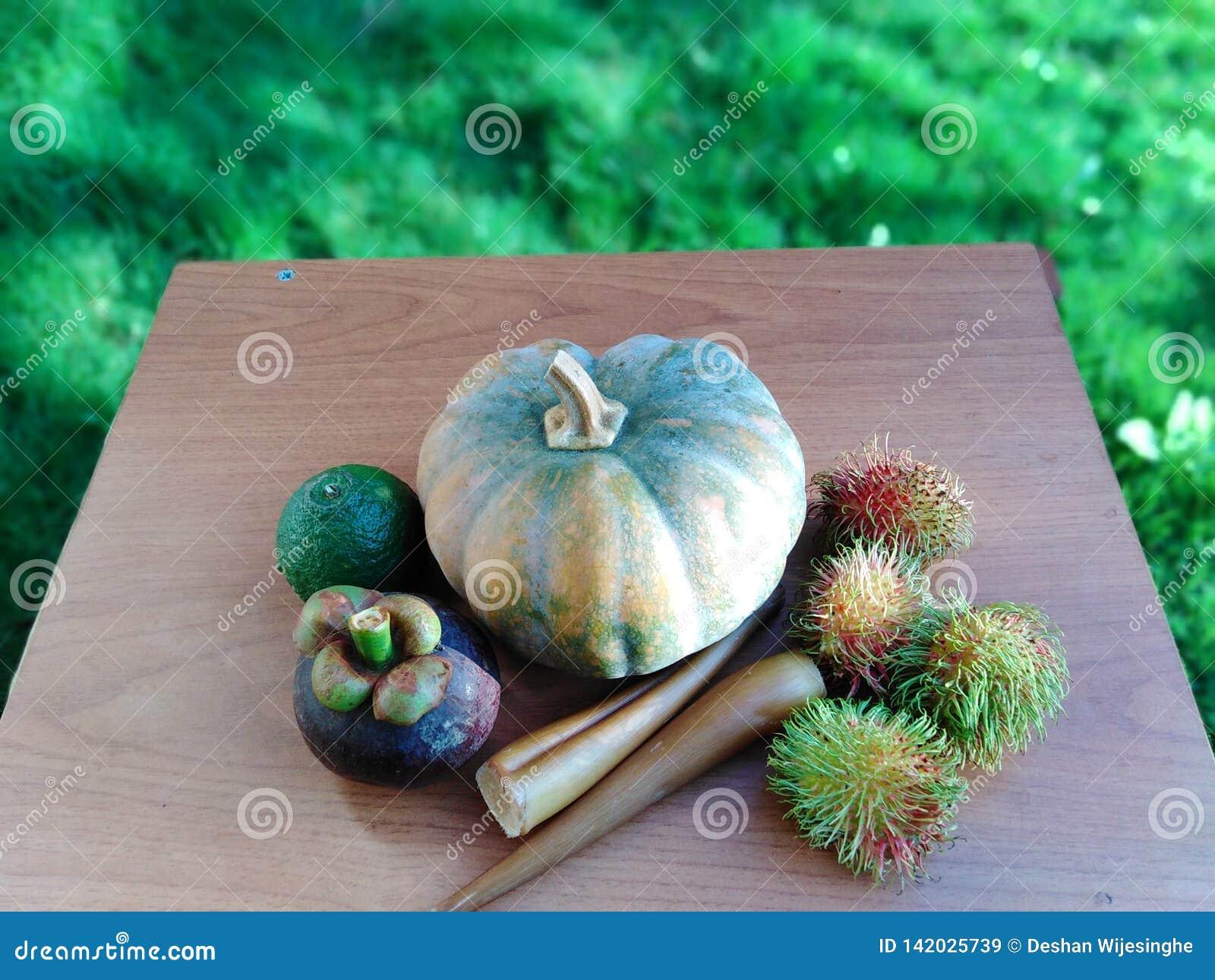 Miło ustaweni owoc i warzywo na stole