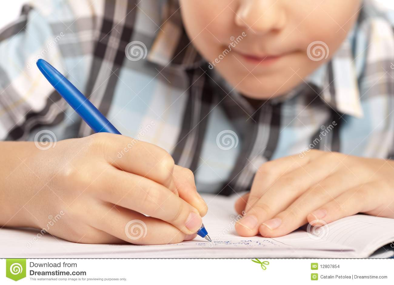 Miúdo anónimo que faz trabalhos de casa