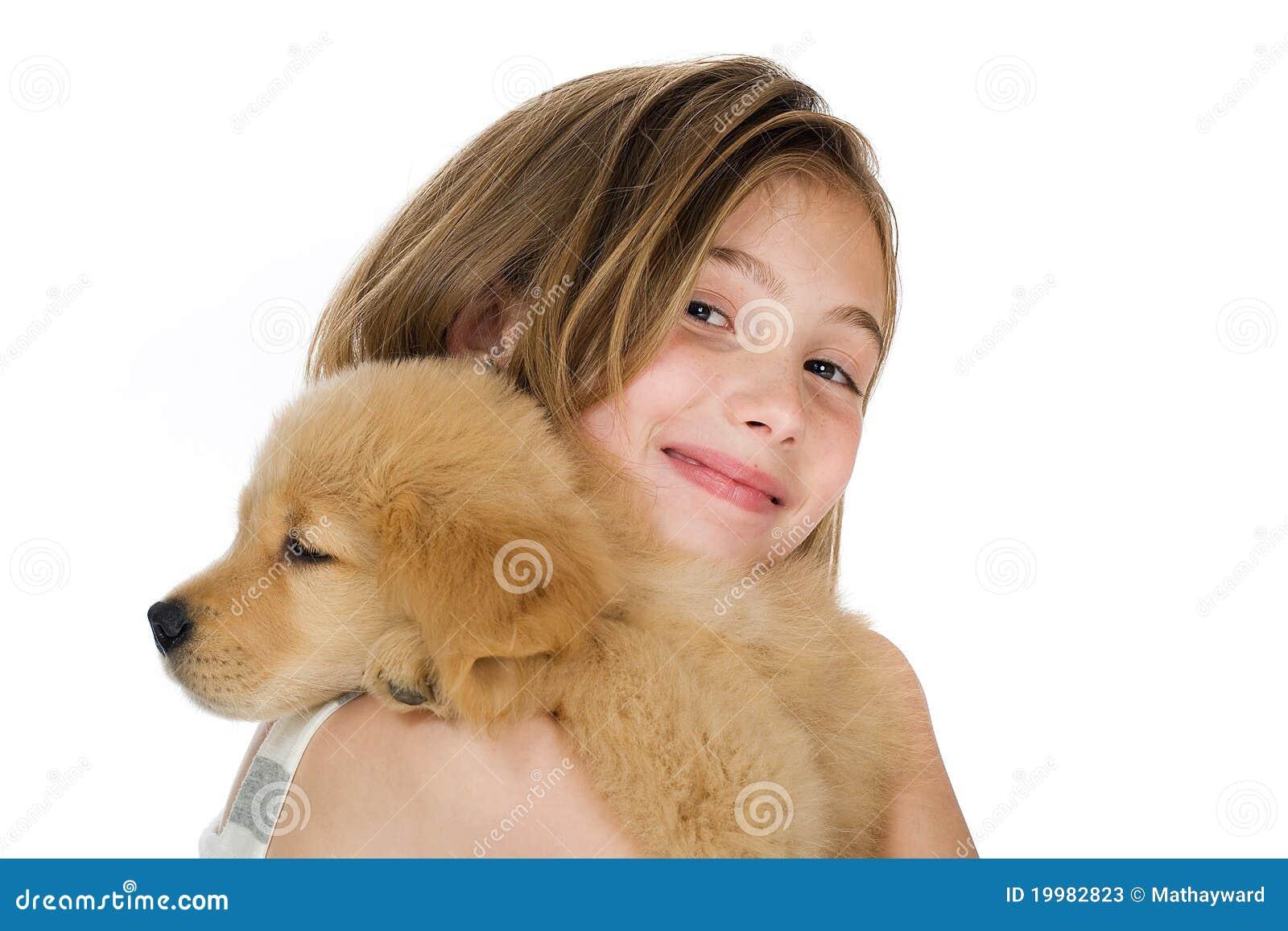 Miúdo bonito com um filhote de cachorro