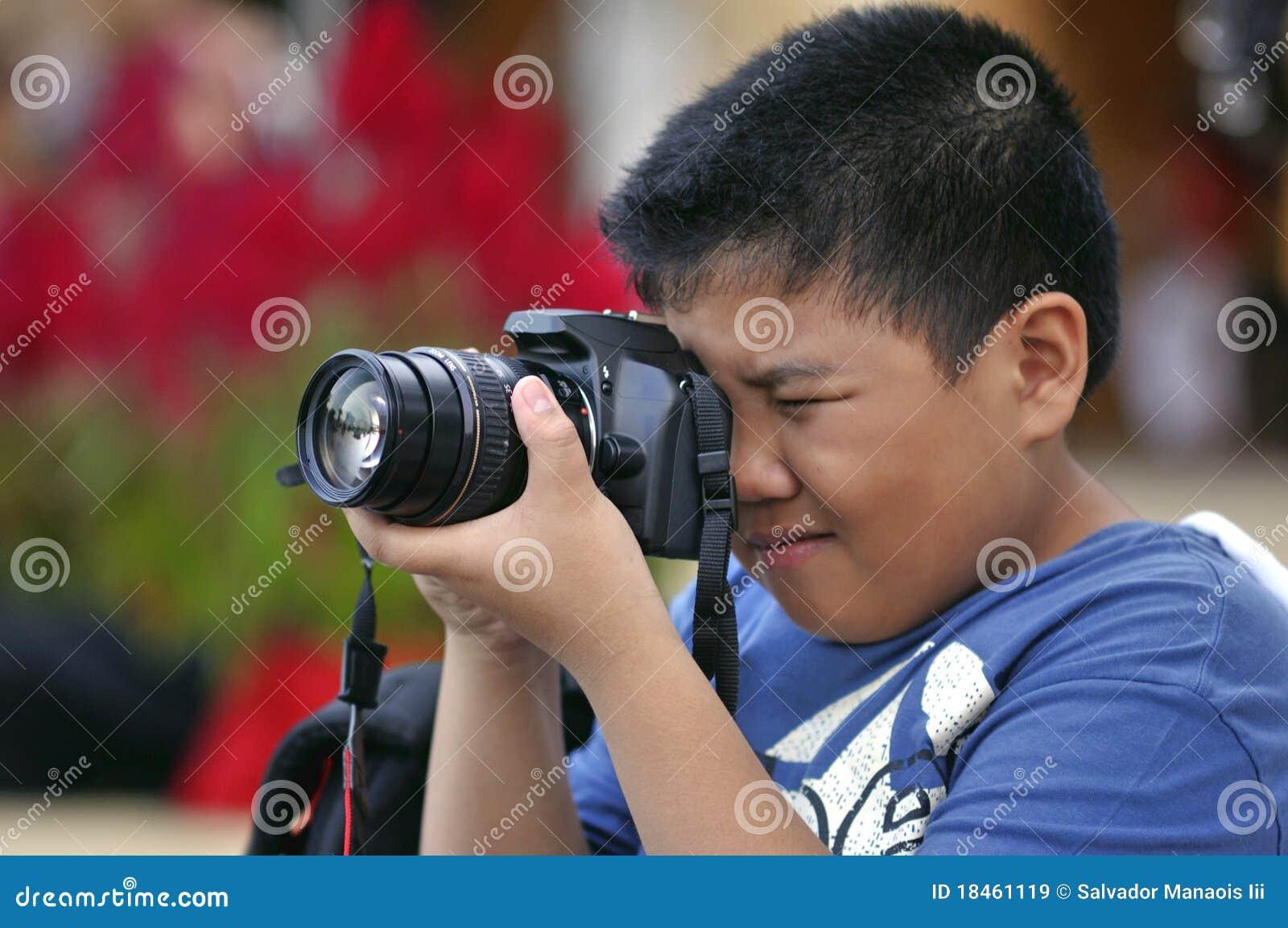 Miúdo com uma câmera