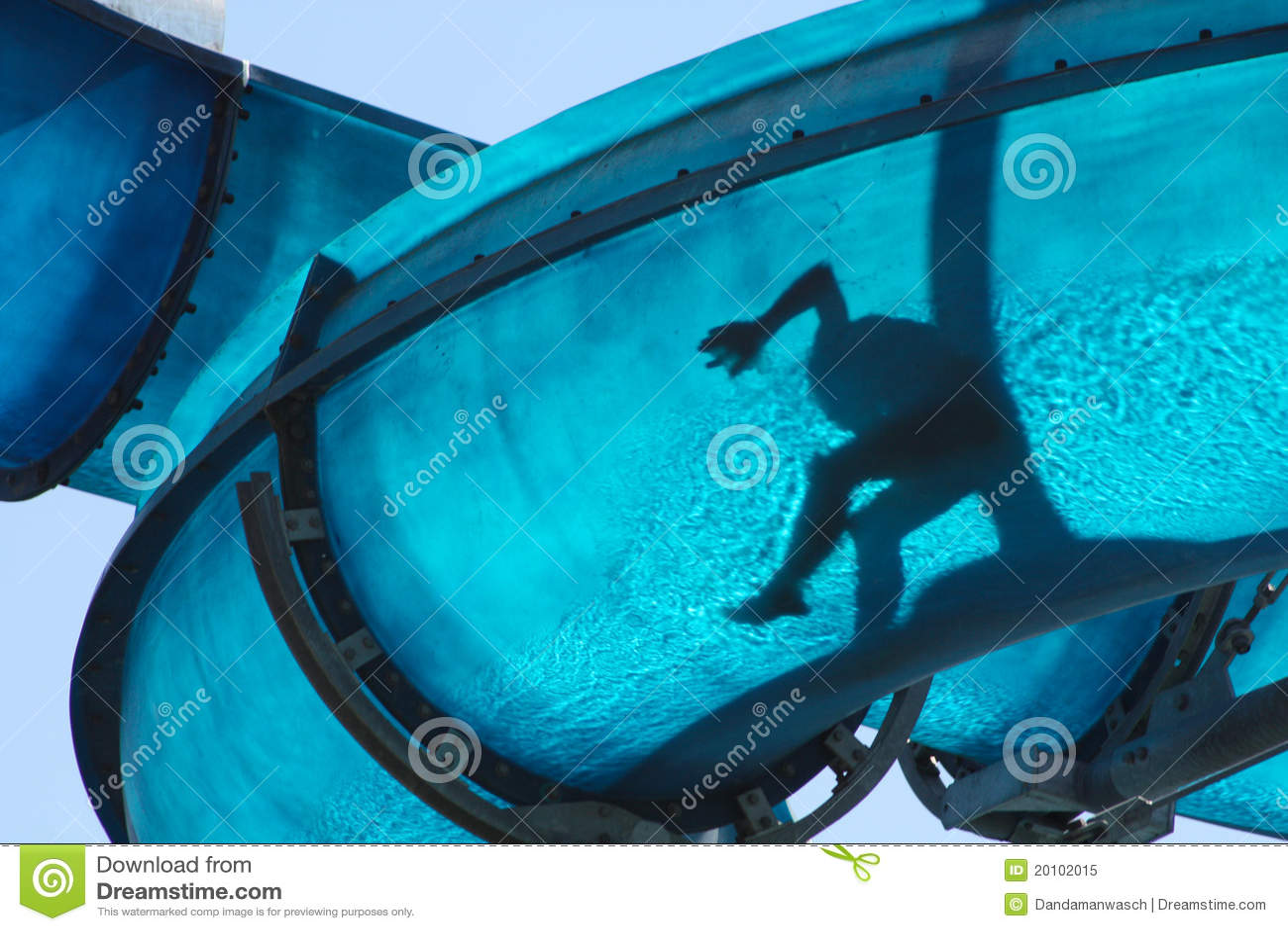 Miúdo que desliza um Waterslide azul