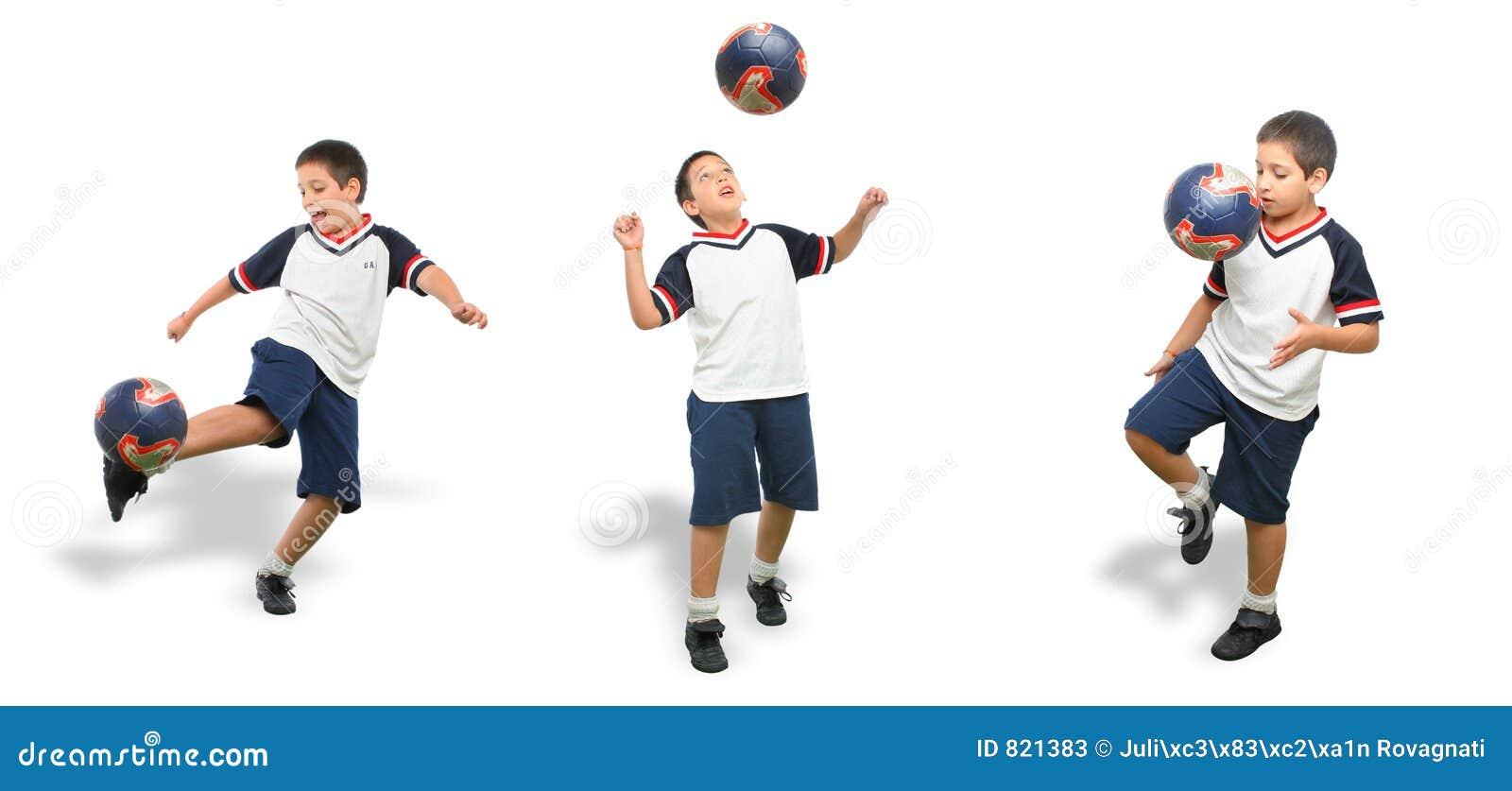Miúdo que joga o futebol isolado