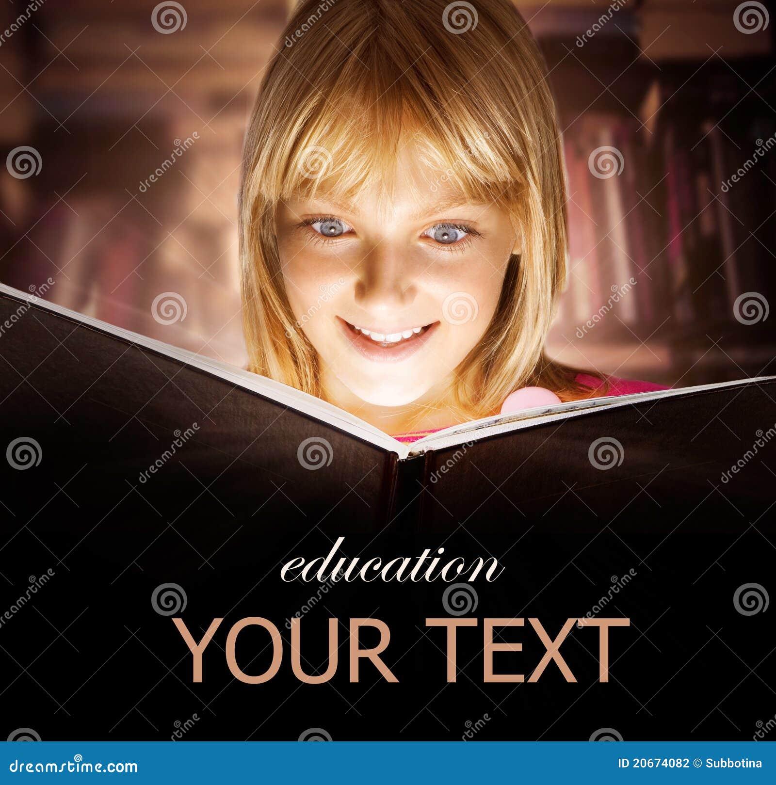 Miúdo que lê o livro