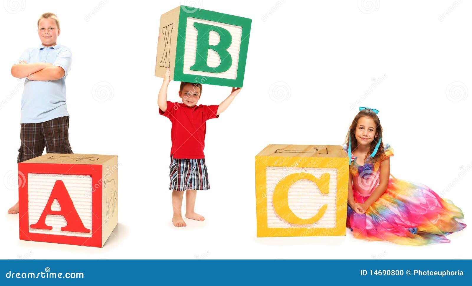 Miúdos com ABC em blocos do alfabeto