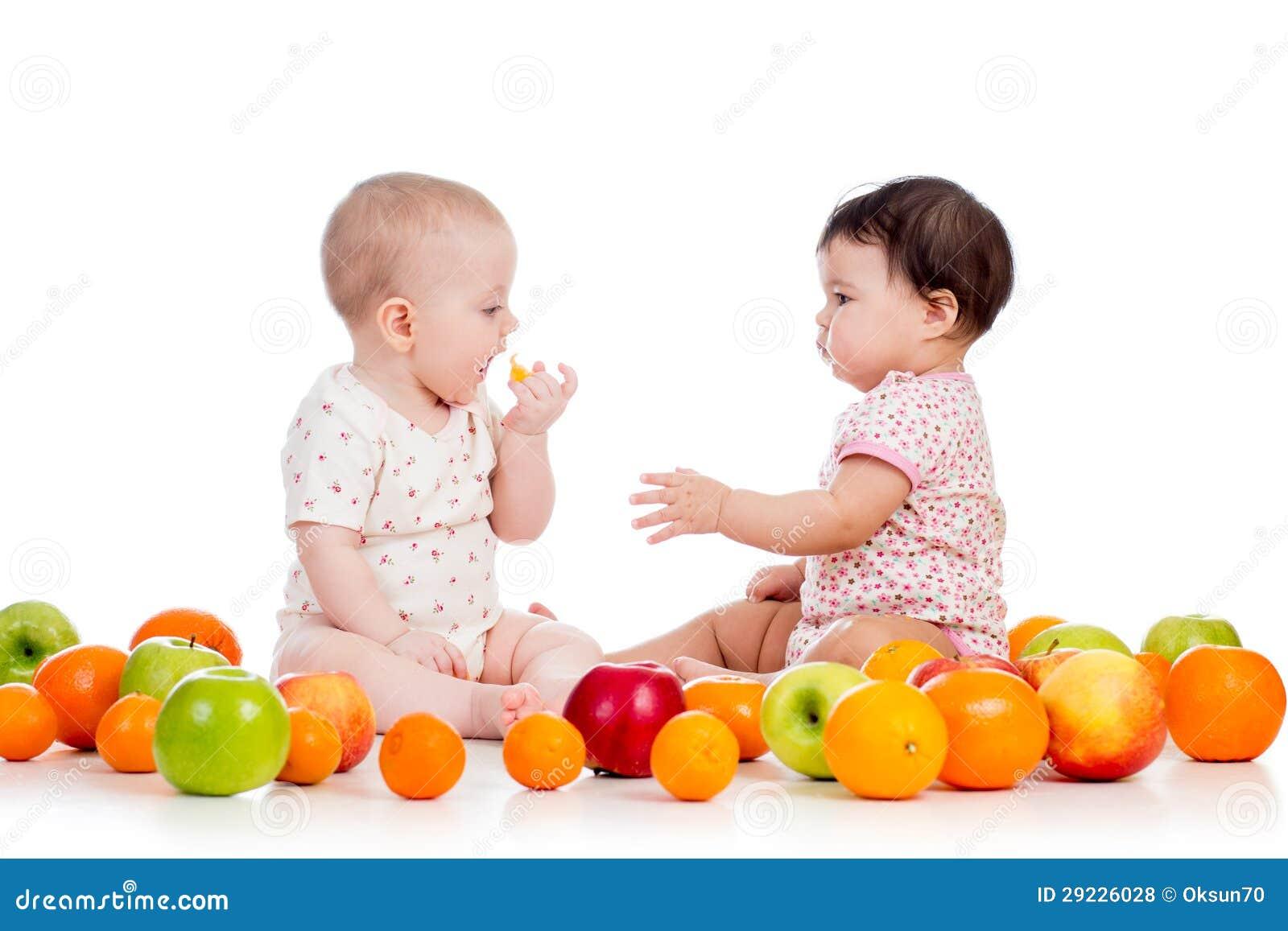 Download Miúdos Das Crianças Que Comem Frutos Foto de Stock - Imagem de mão, infantes: 29226028