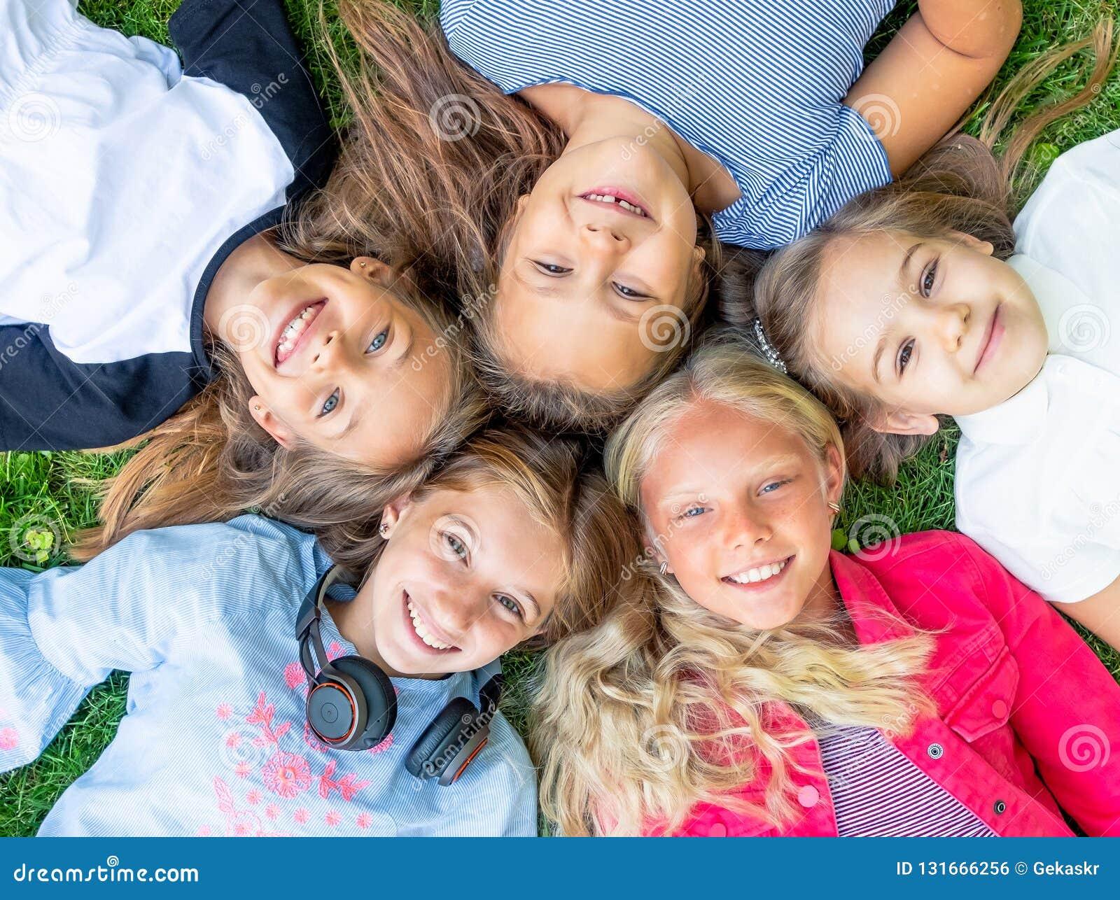Miúdos de sorriso felizes