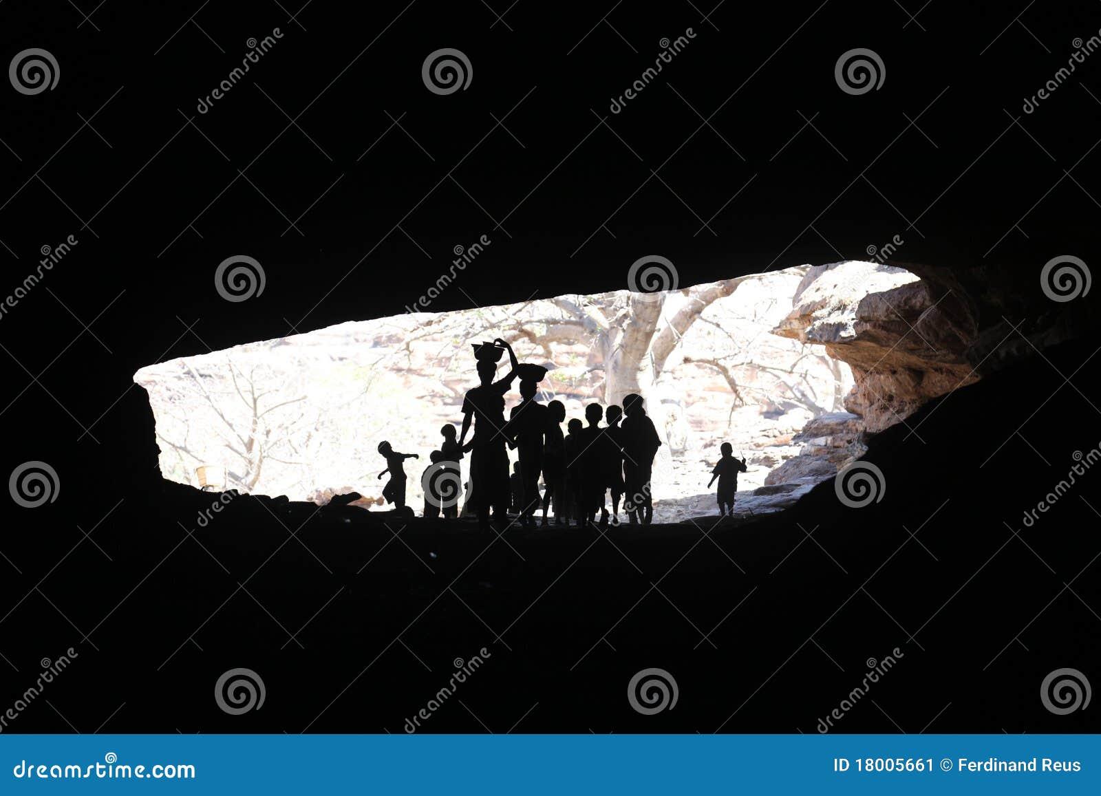 Miúdos em uma caverna
