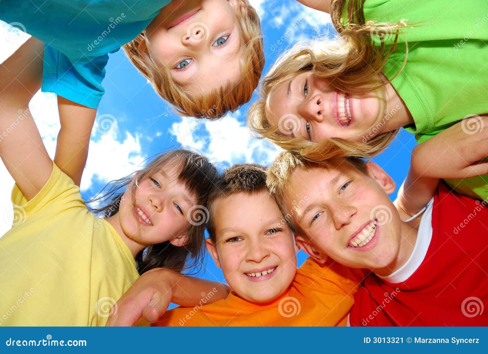 Miúdos felizes em uma aproximação