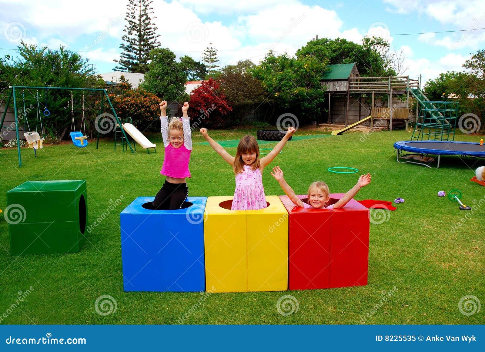 Miúdos felizes no campo de jogos
