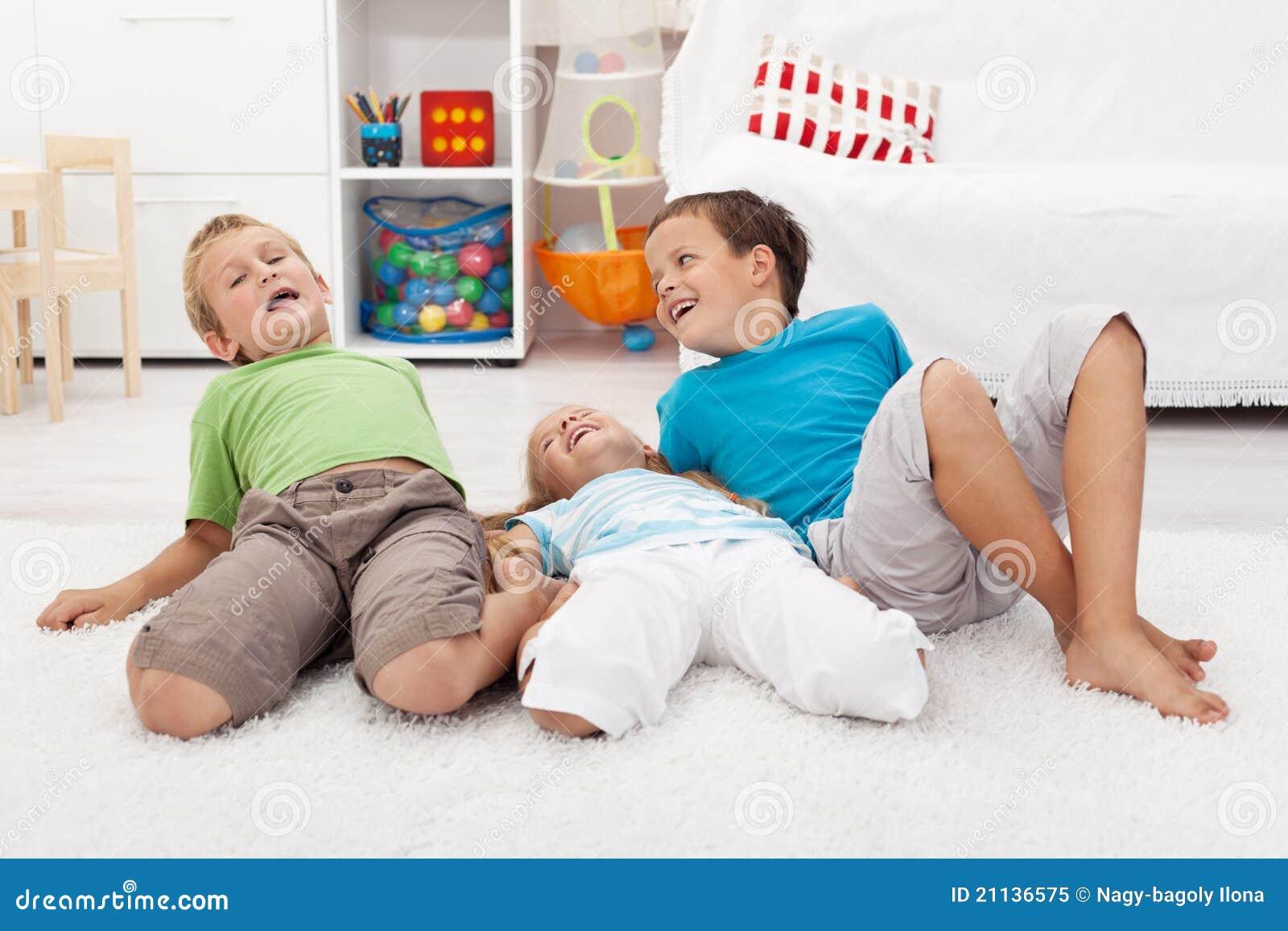 Miúdos felizes que jogam no assoalho
