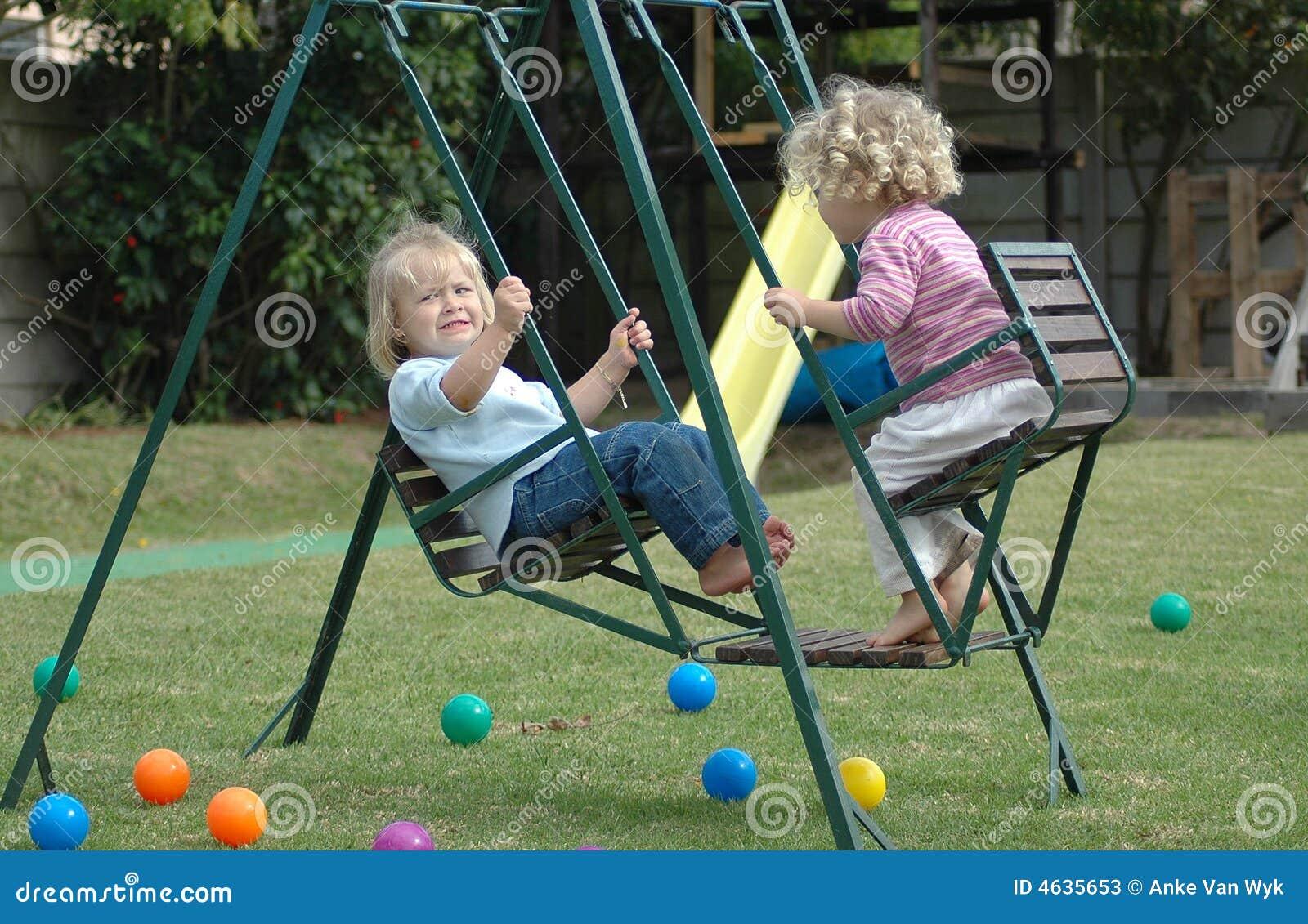 Miúdos no balanço