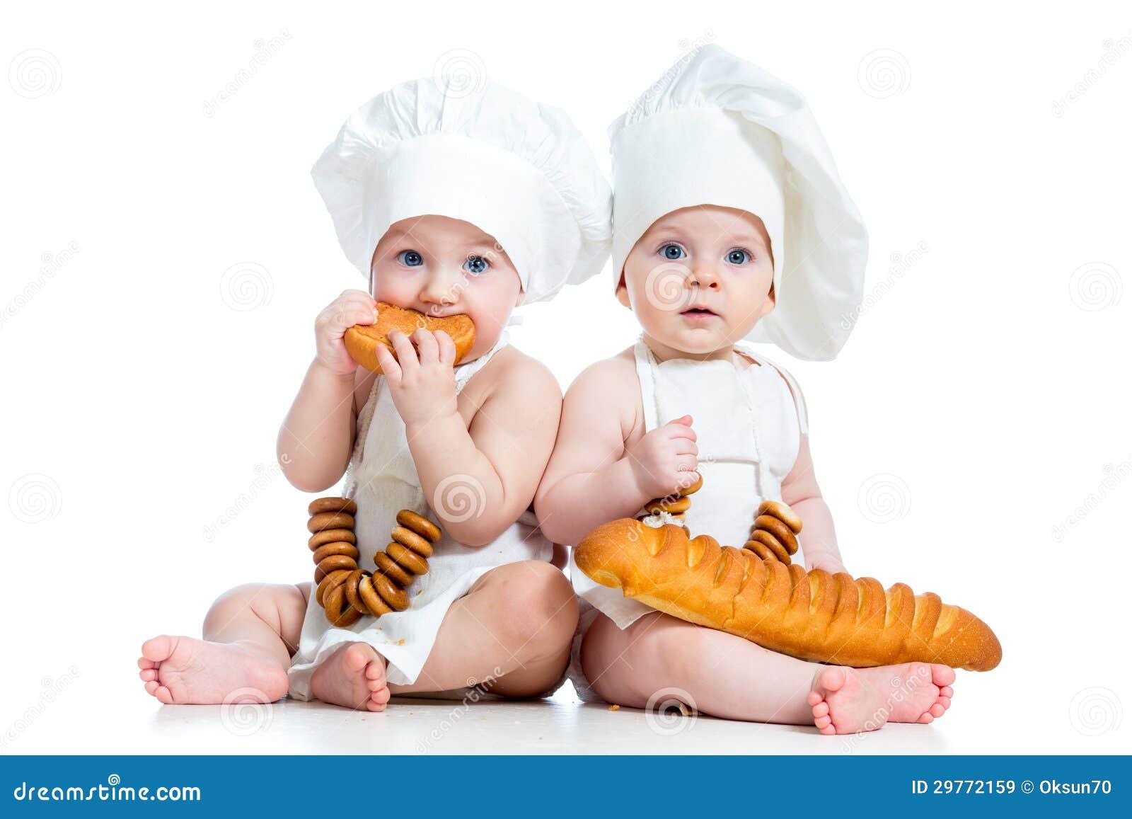 Miúdos menino das crianças e comer da menina