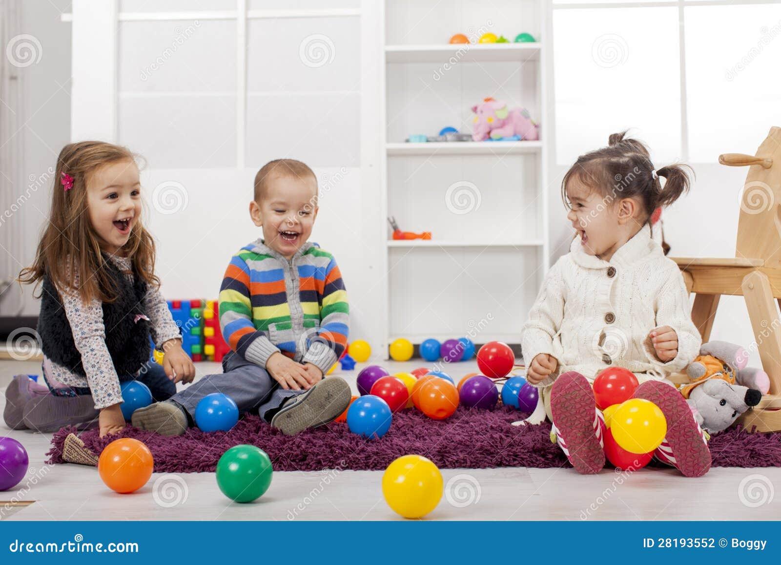 Miúdos que jogam na sala