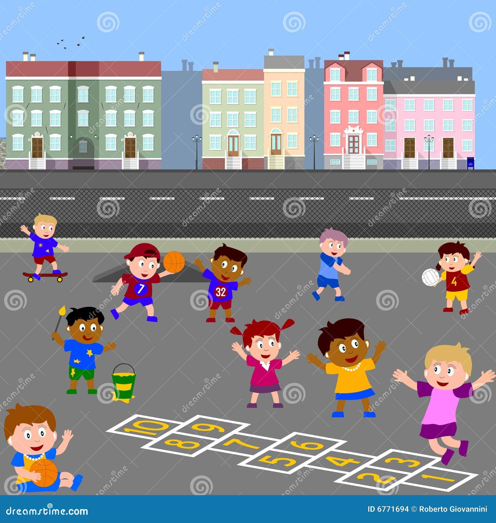 Miúdos que jogam no campo de jogos