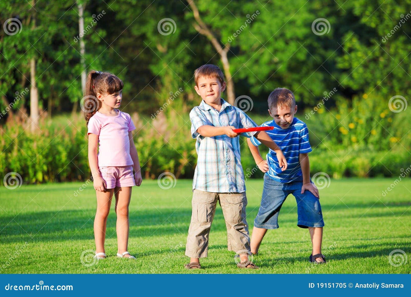 Miúdos que jogam o freesbee