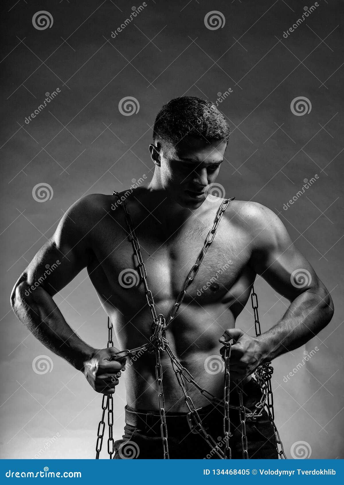 Mięśniowy facet z łańcuchem na klatce piersiowej