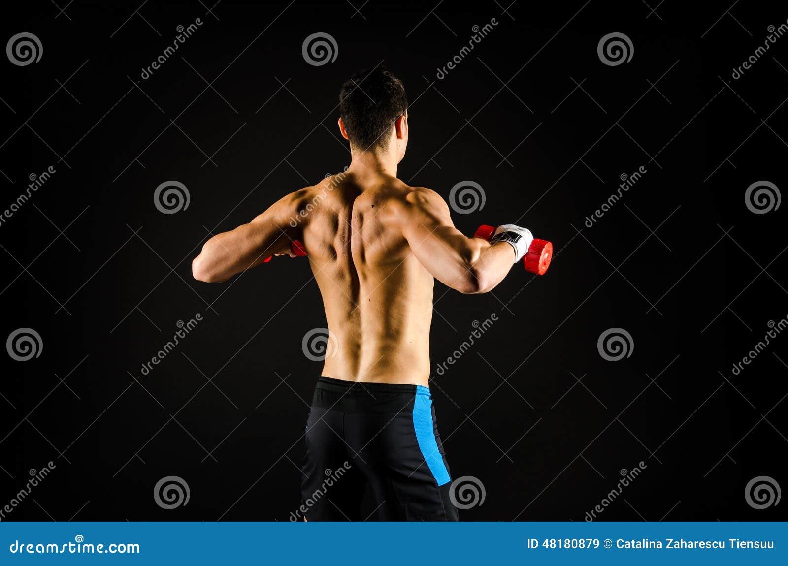 Mięśniowy mężczyzna ćwiczyć