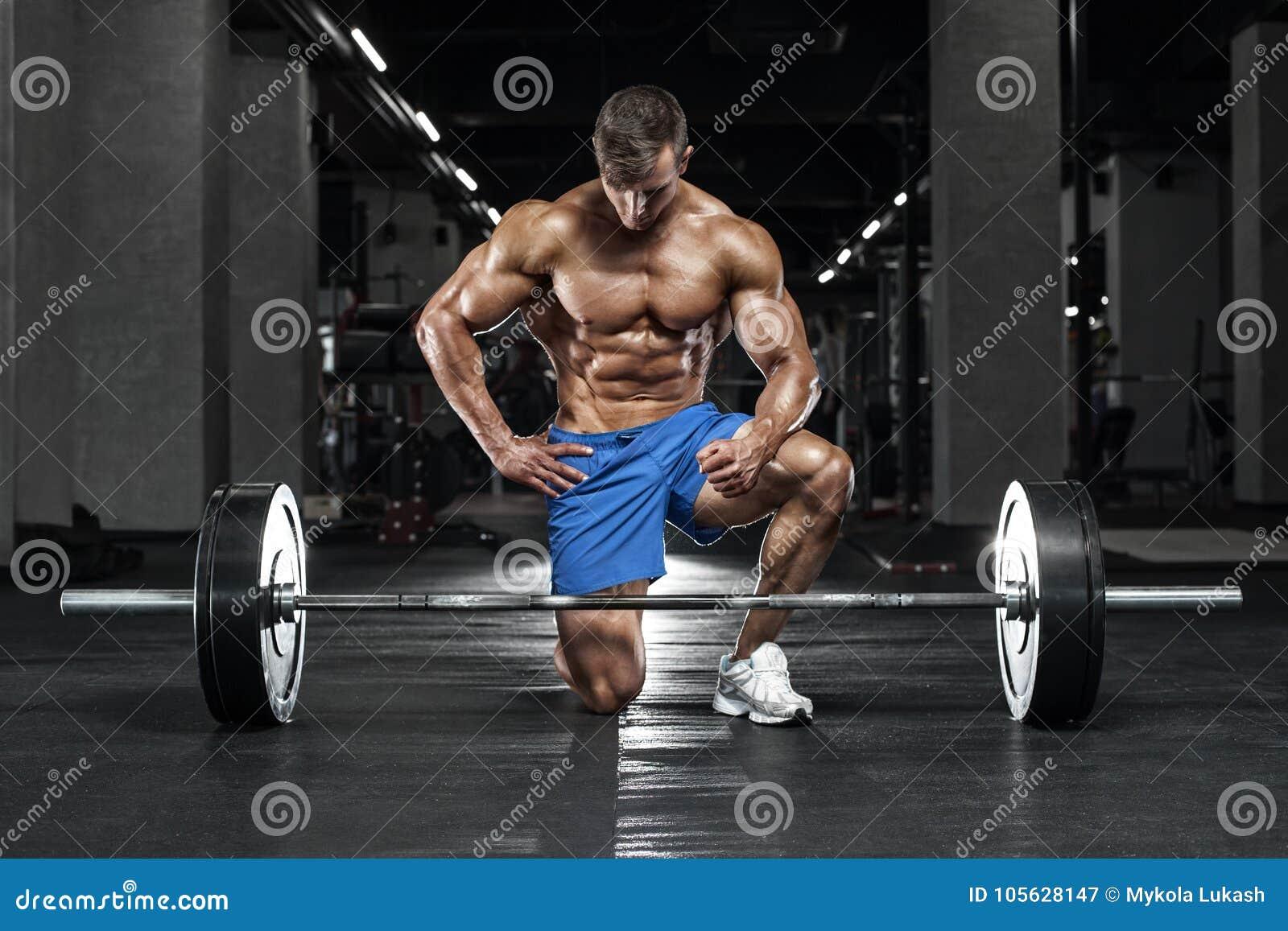Mięśniowy mężczyzna pracujący w gym out, bodybuilder Silny męski nagi półpostaci abs