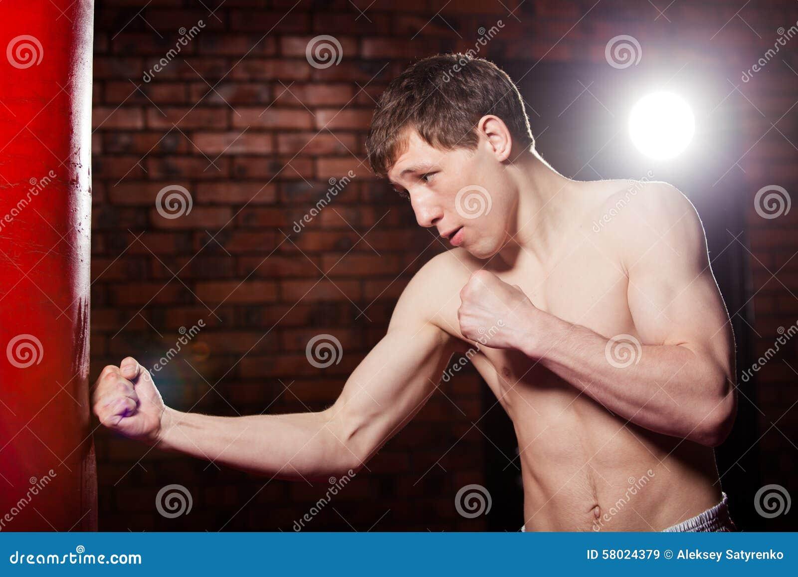 Mięśniowy przystojny wojownik daje forsownemu