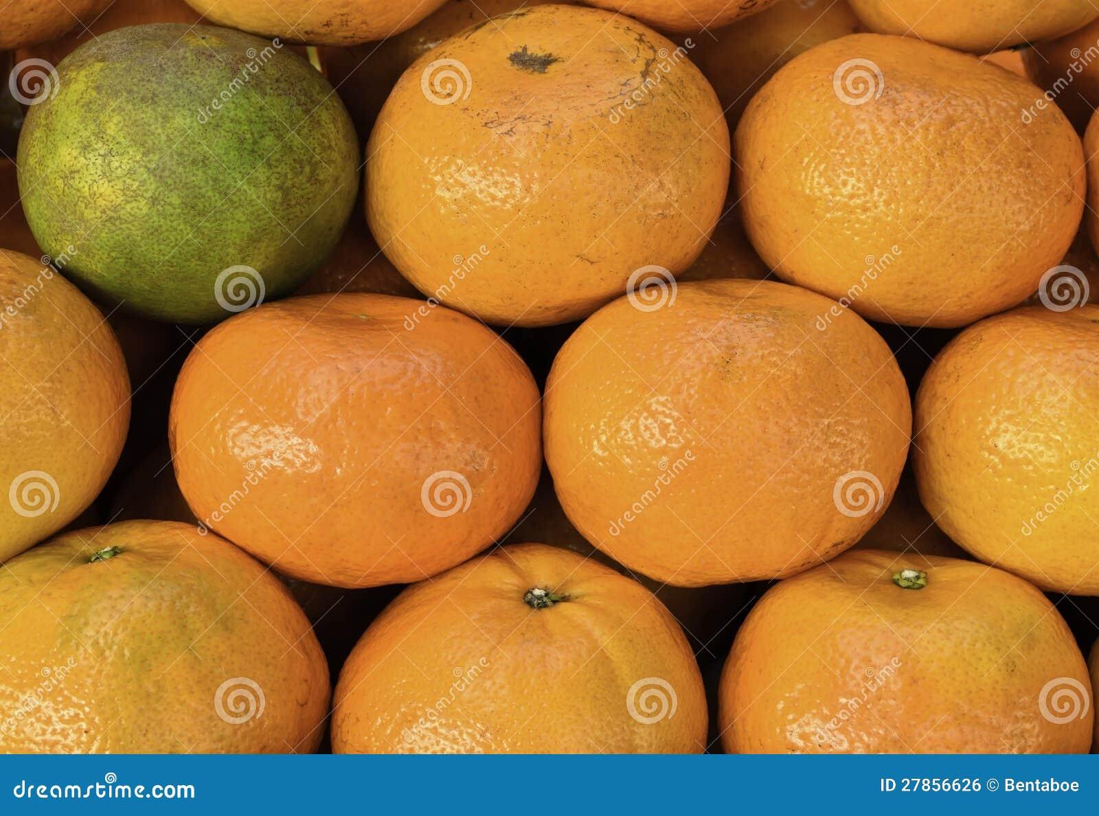 Między pomarańczami jeden zieleń