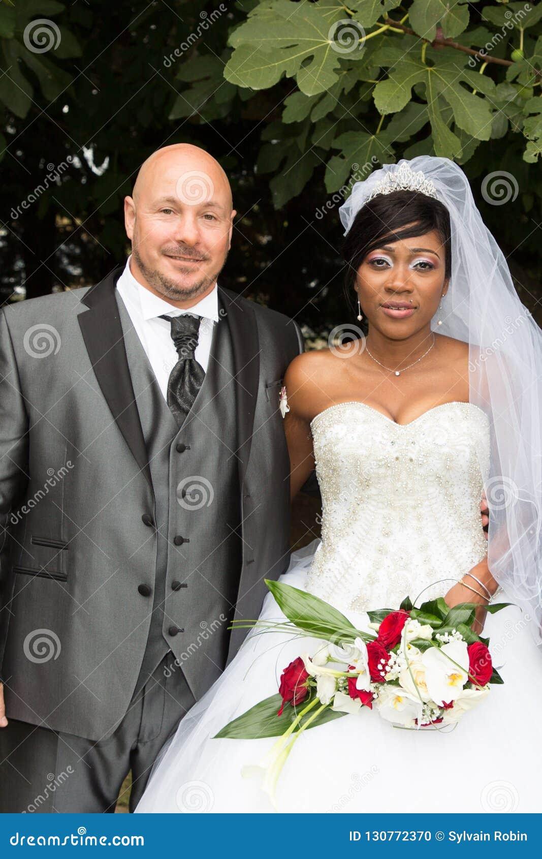 Międzyrasowego para portreta amerykanin afrykańskiego pochodzenia caucasian bierze poślubiać