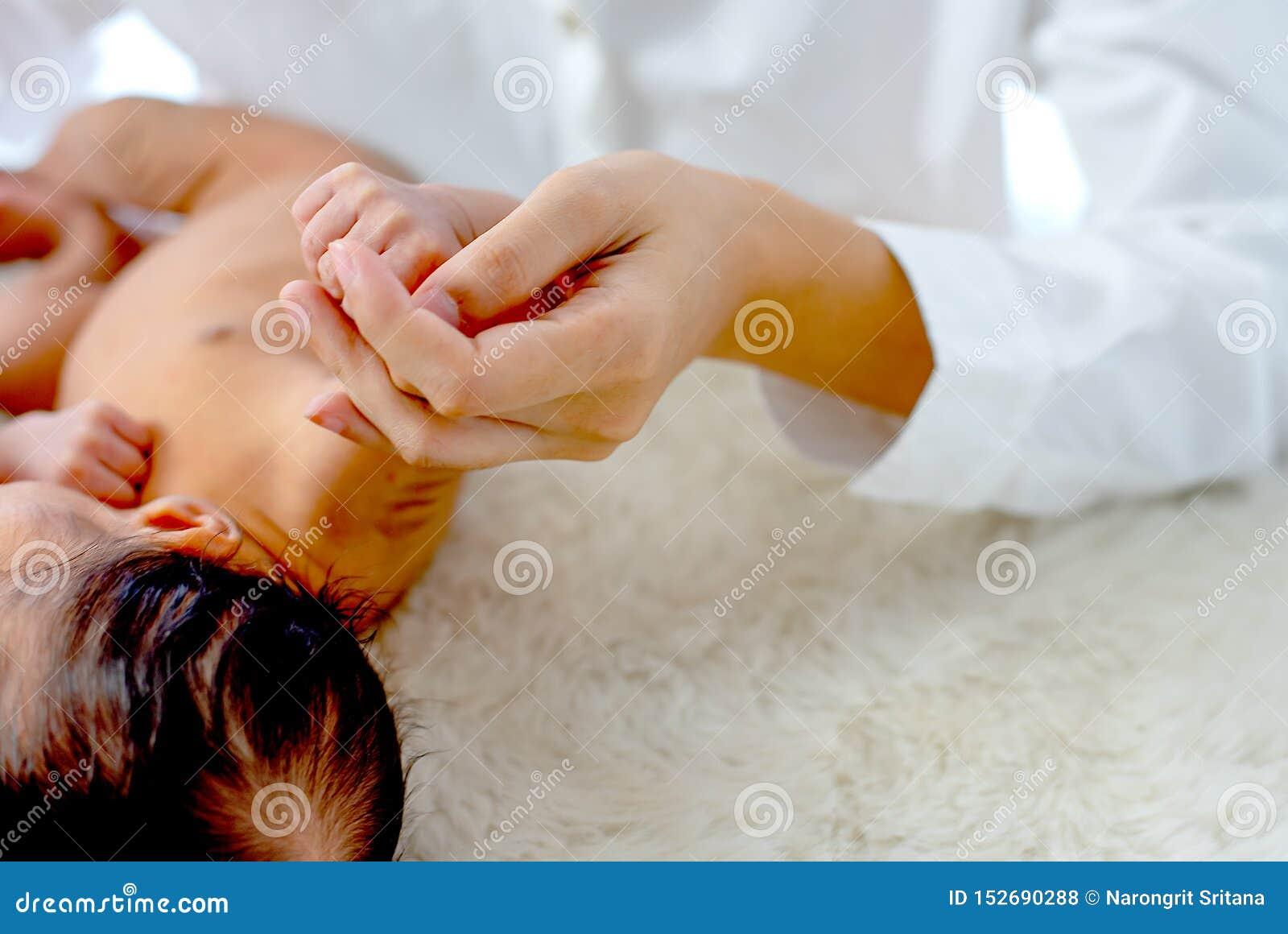 Miękka plama i zamyka w górę widok matki chwyta dzieciaka ręki z pojęciem mum więź miłość dziecko