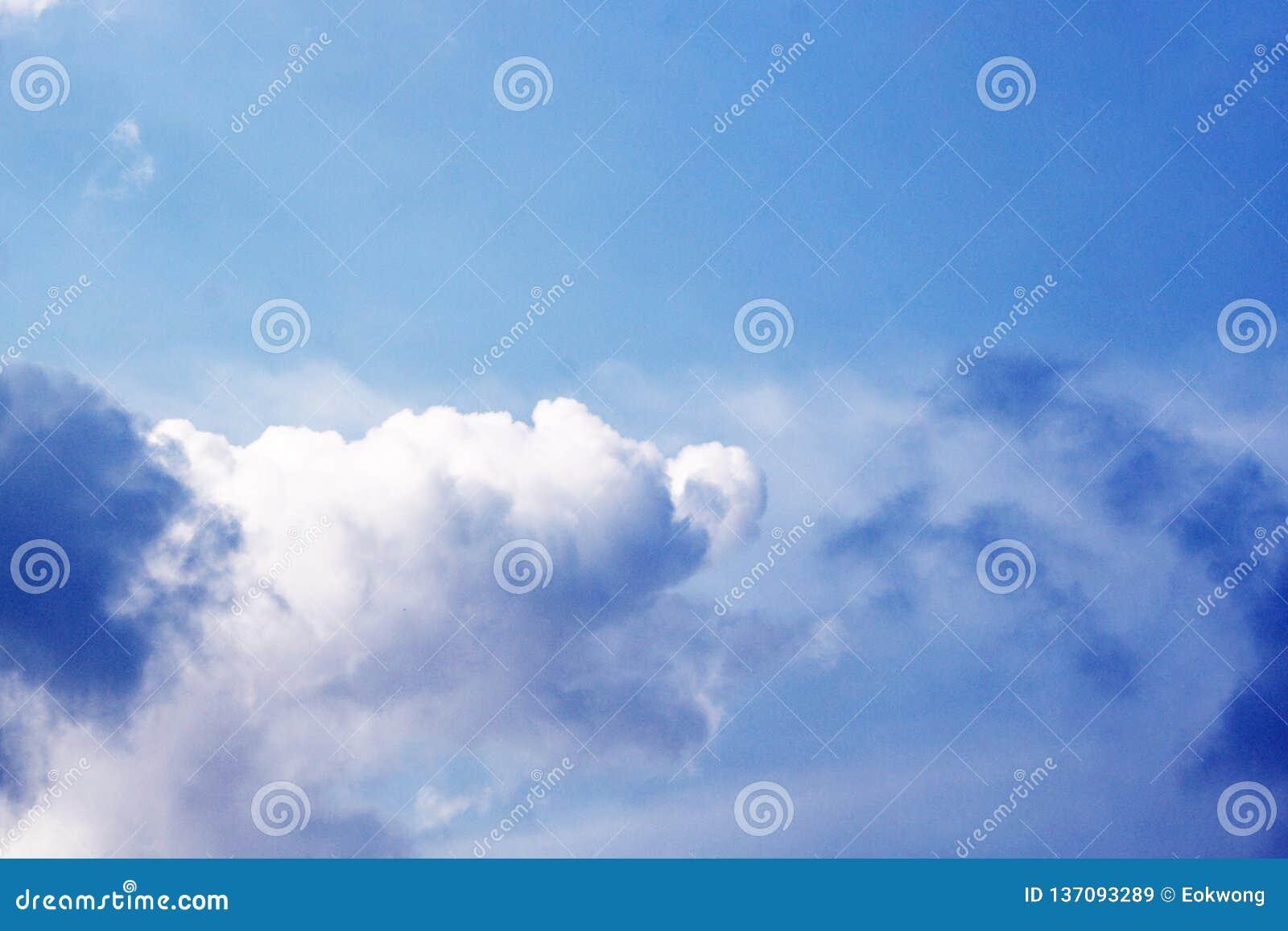Miękki biel chmurnieje na niebieskim niebie ładna pogoda - duża wysokość -