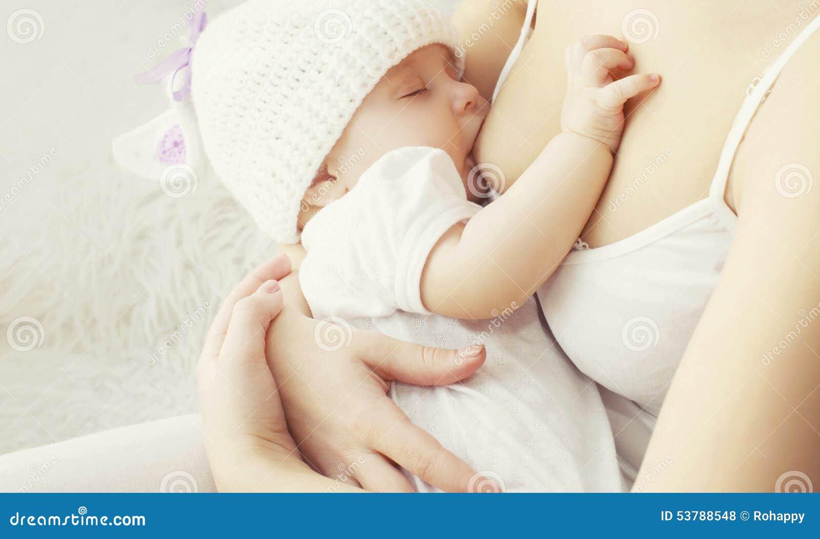 Miękkiej fotografii matki żywieniowa pierś jej dziecko