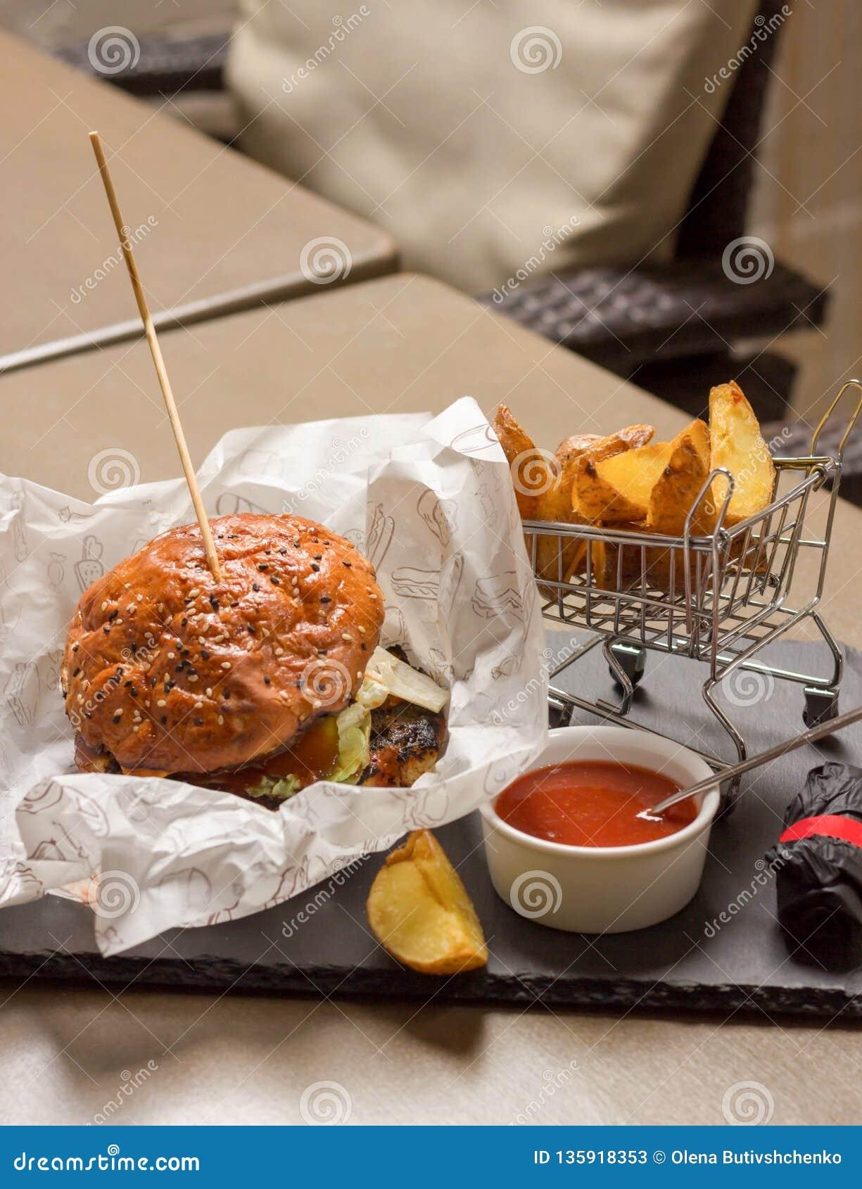Mięsny hamburger kłama w białej księgi pakować Obok smażącego kumberlandu i grul