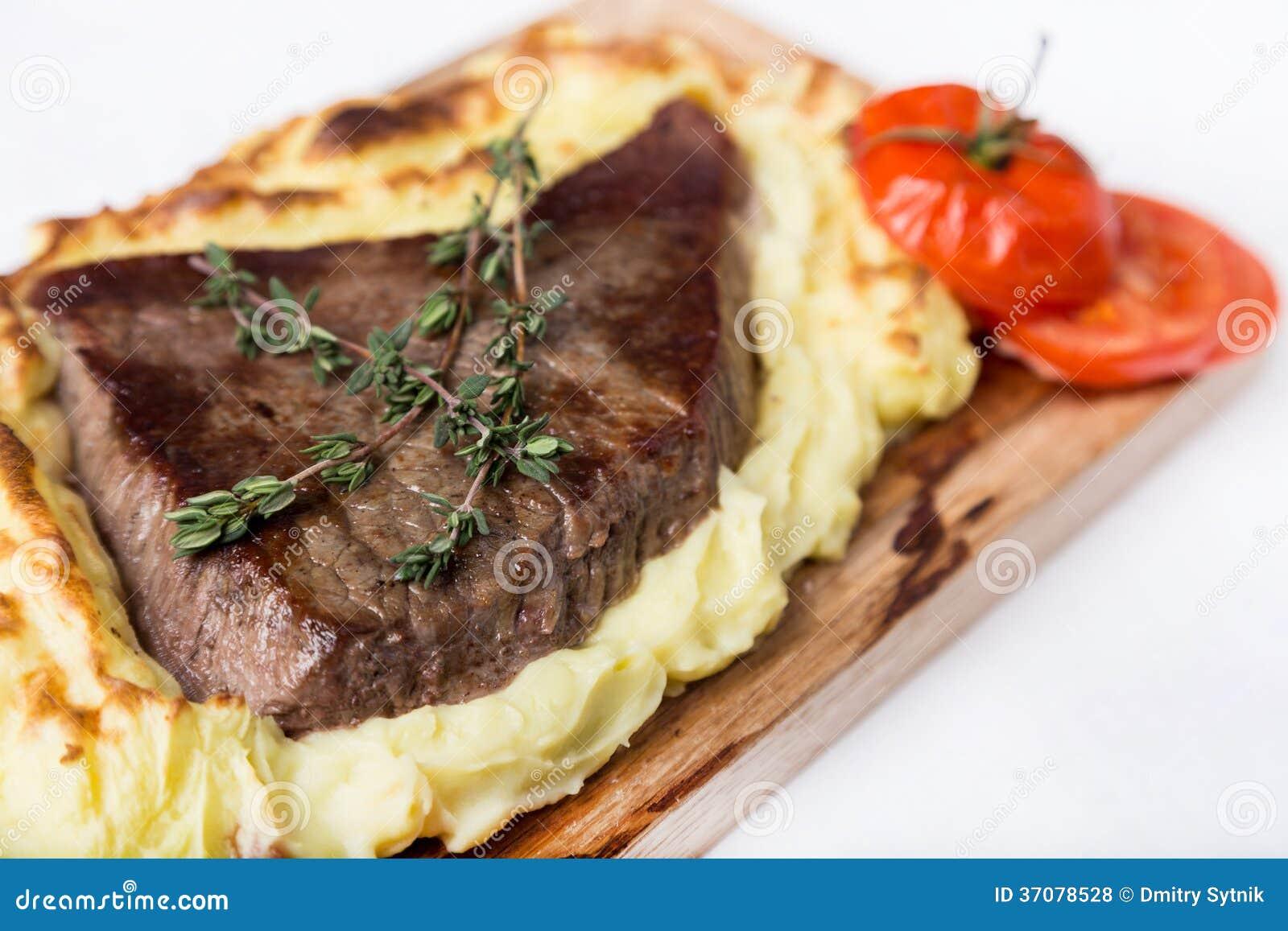 Download Mięsny Stek Z Kartoflanym Puree Popierał Na Drewno Desce Zdjęcie Stock - Obraz złożonej z pasta, brąz: 37078528