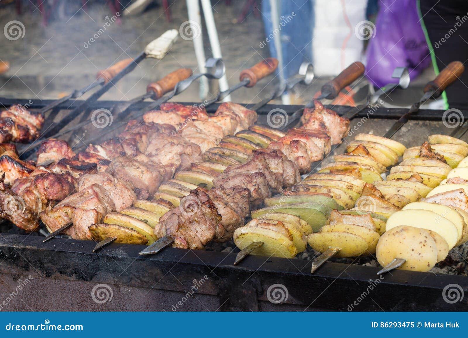 Mięso i grula na grillu