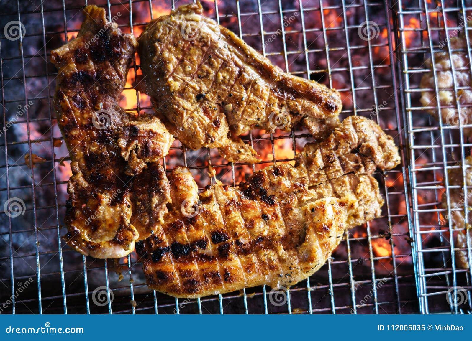 Mięso na grillu z płomieniem na terenach odkrytych grilla