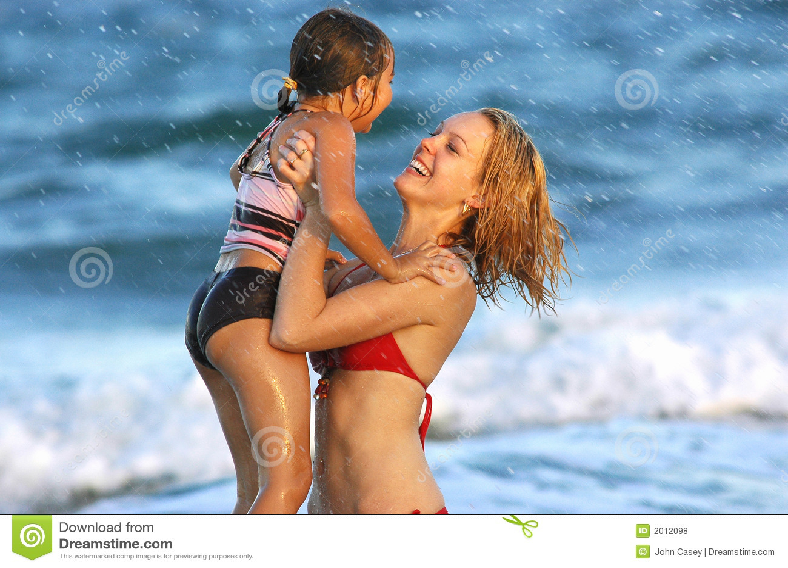 Miłej rodziny na plaży styl życia