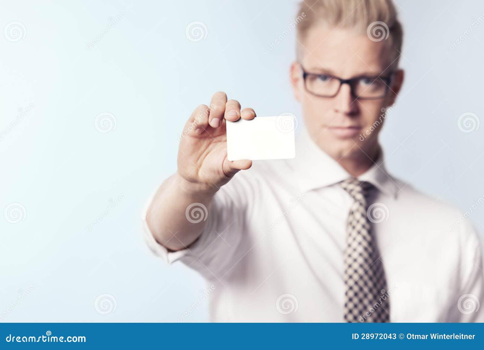 Miły biznesmen pokazuje białą pustą kartę.