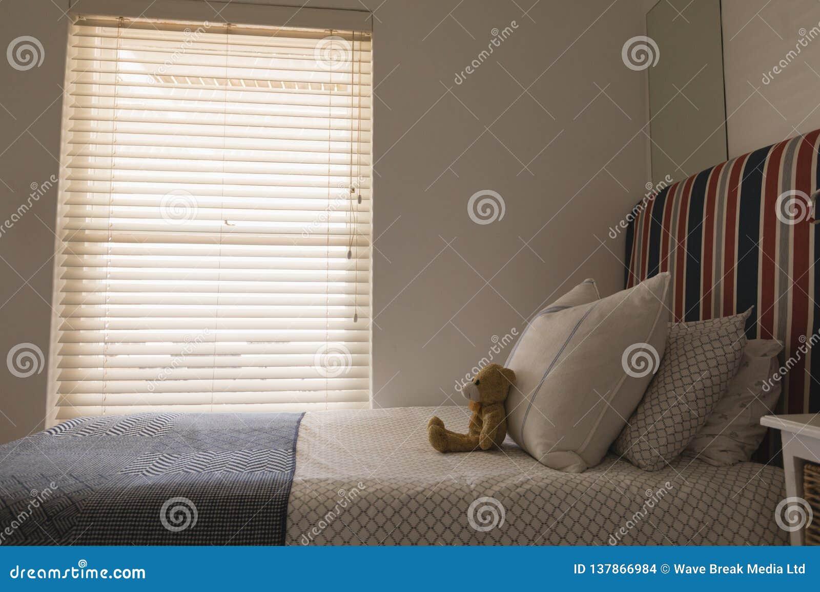 Miś na łóżku w sypialni